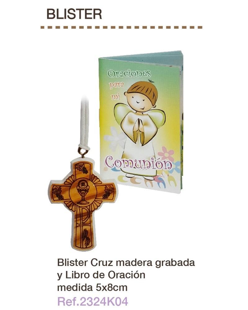 Cruz de madera grabada con libro de oración primera comunión