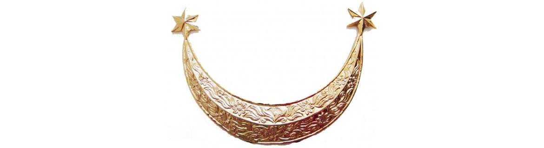 Media luna fabricada en metal y bañada en oro o plata.