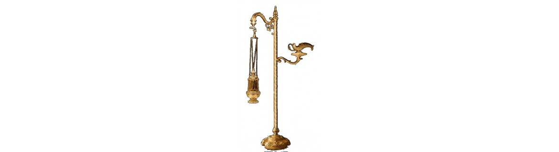 Pie de incensario y naveta fabricado en metal, bañado en oro o plata.